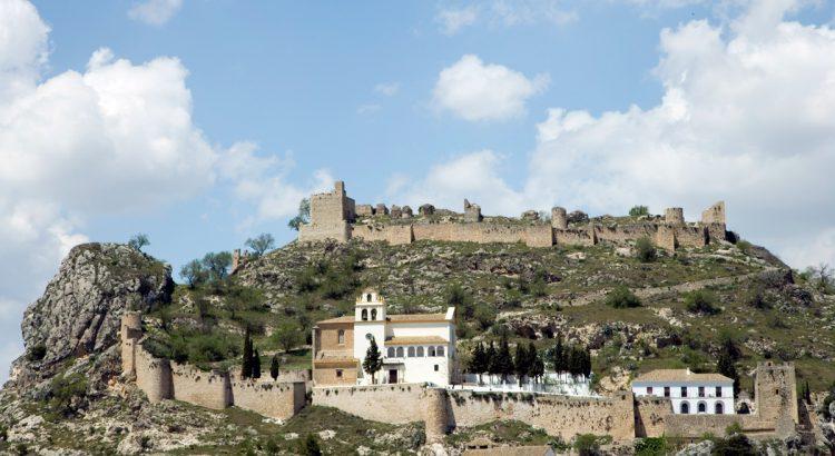 Santuario del Cristo del Paño y Castillo de Moclín.