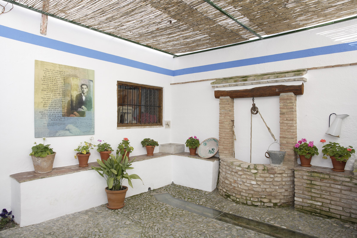 Patio con pozo medianero de la Casa de Francisca Alba, compartido con la vivienda de la tía de Lorca.