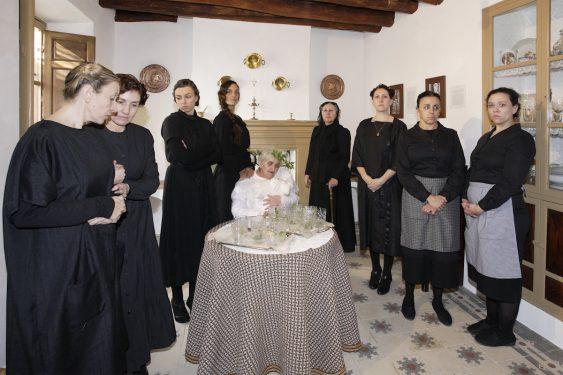 Casa de Frasquita Alba, en Valderrubio, hoy convertida en museo. En las vivencias de los habitantes de esta casa se basó Federico García Lorca para su obra 'La Casa de Bernarda Alba'. Elenco de actrices que dan vida a la visita teatralizada.