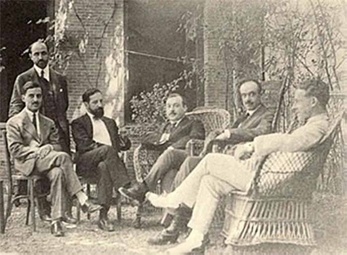 Alberto Jiménez Fraud junto a otros compañeros en el patio de Residencia de Estudiantes. / Foto: gibralfaro.uma.es