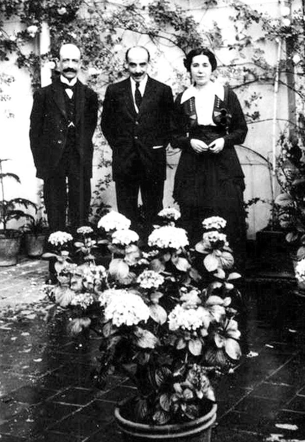De izquierda a derecha, Manuel de Falla, Gregorio Martínez Sierra y María Lejárraga.