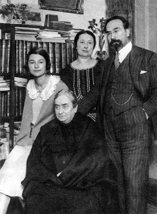 Fernando de los Ríos con su madre, Fernanda Urruti, su esposa, Gloria Giner, y su hija Laura.