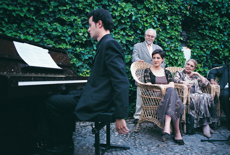 Juan de Loxa, de pie, en el homenaje a Federico García Lorca 'Cinco a las cinco' del año 2001.