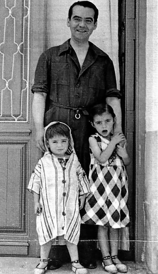 Federico García Lorca con sus sobrinos Manuel (izquierda) y Vicenta (Tica) Fernández-Montesinos en la Huerta de San Vicente.