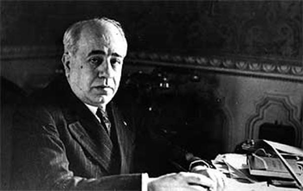 Manuel Azaña en su despacho de presidente