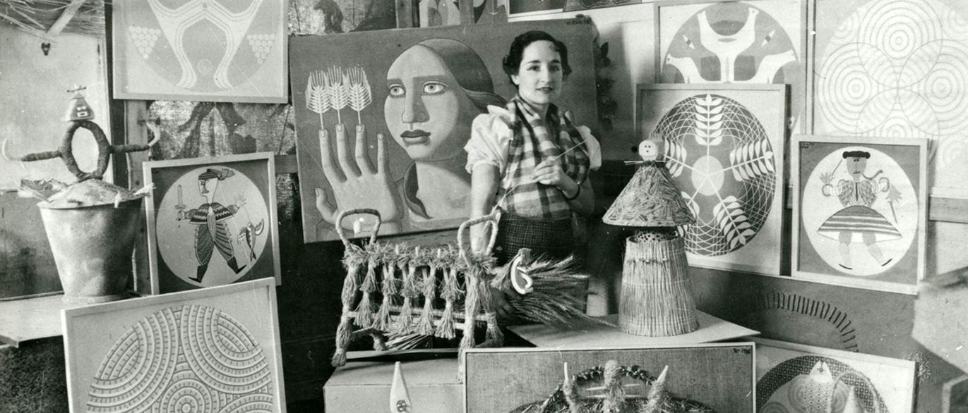 Maruja Mallo, con algunas de sus obras.
