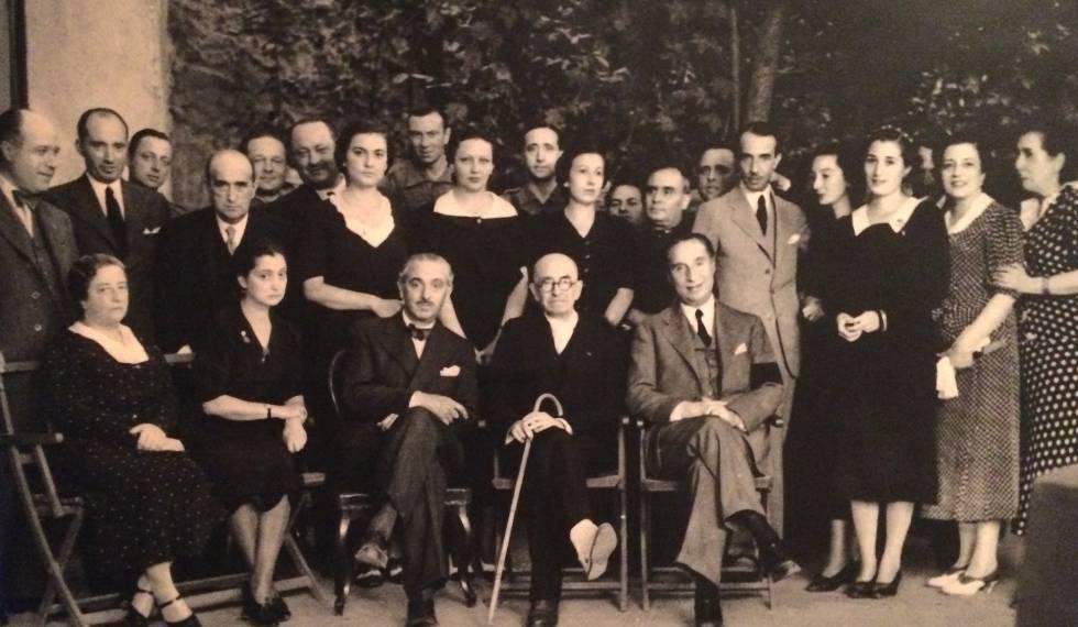 Encuentro de Manuel de Falla (con bastón en el centro) y José María Pemán (sentado a la izquierda) en Granada. / Foto: Archivo Manuel de Falla