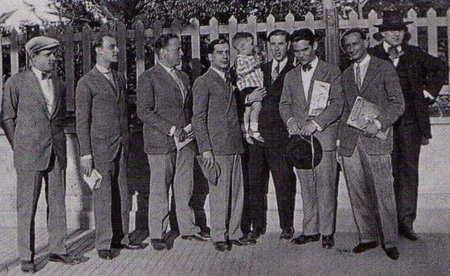 Reunión de autores de la revista 'L'Amic de les Arts' con Federico García Lorca. Sebastián Gasch es el tercero desde la izquierda.