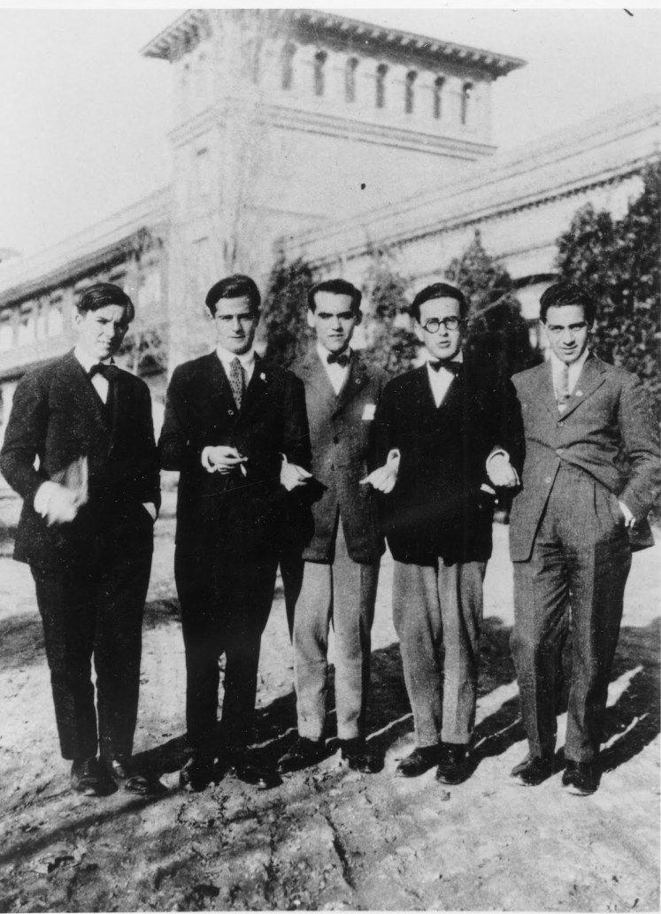 Federico García Lorca (en el centro) y Emilio Prados (a la derecha de Lorca) en la Residencia de Estudiantes junto a otros compañeros.