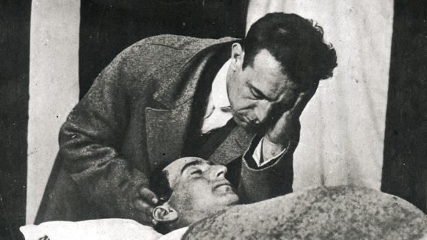Ignacio Sánchez Mejías vela el cadáver de su cuñado, el también torero Joselito. / Foto: ABC