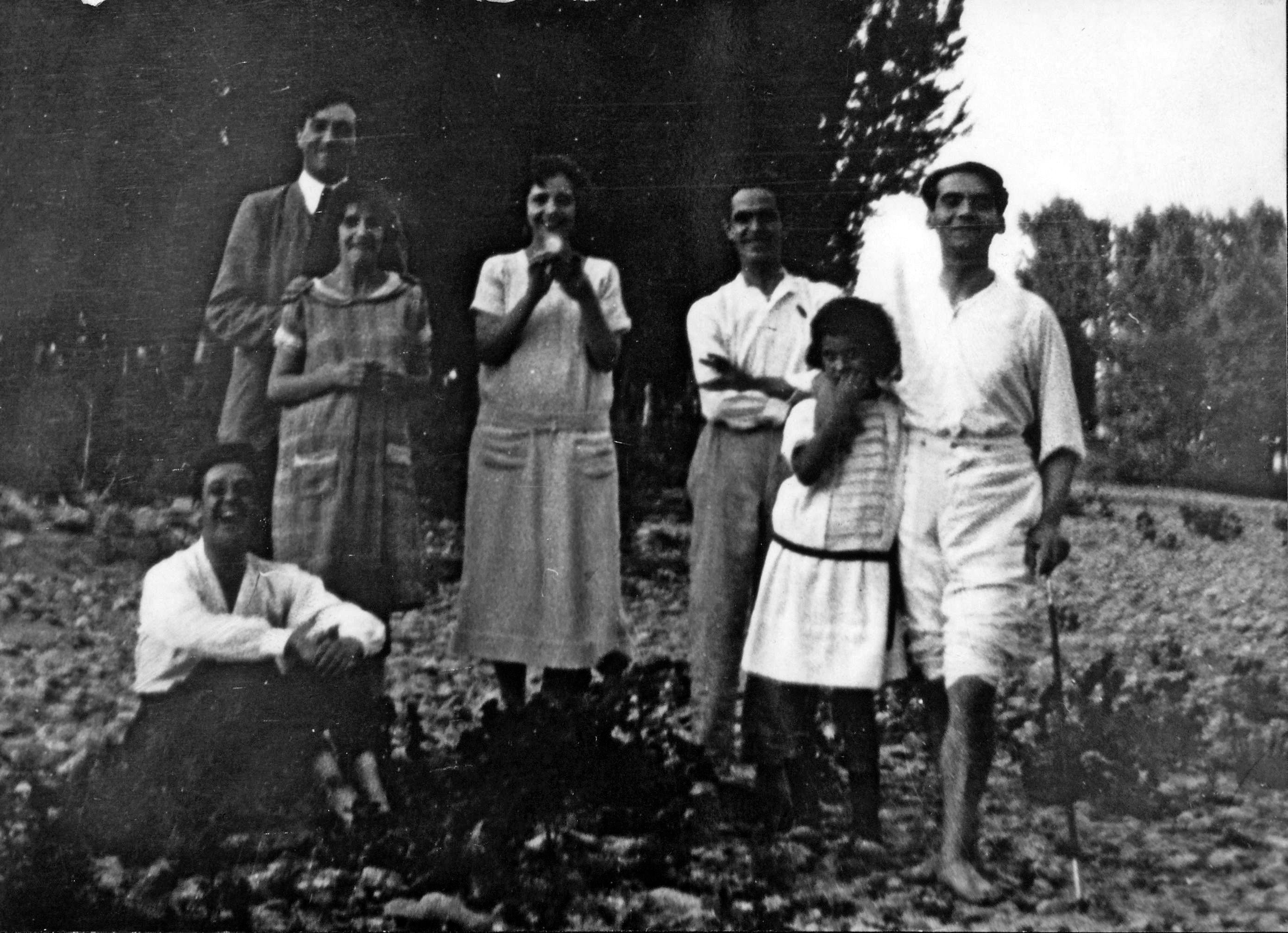 De pie, de izquierda a derecha, Manuel Ángeles Ortiz. Isabel y Concha García Lorca, Enrique González García, Mercedes Delgado y Federico. Sentado, Enrique García Palacios.