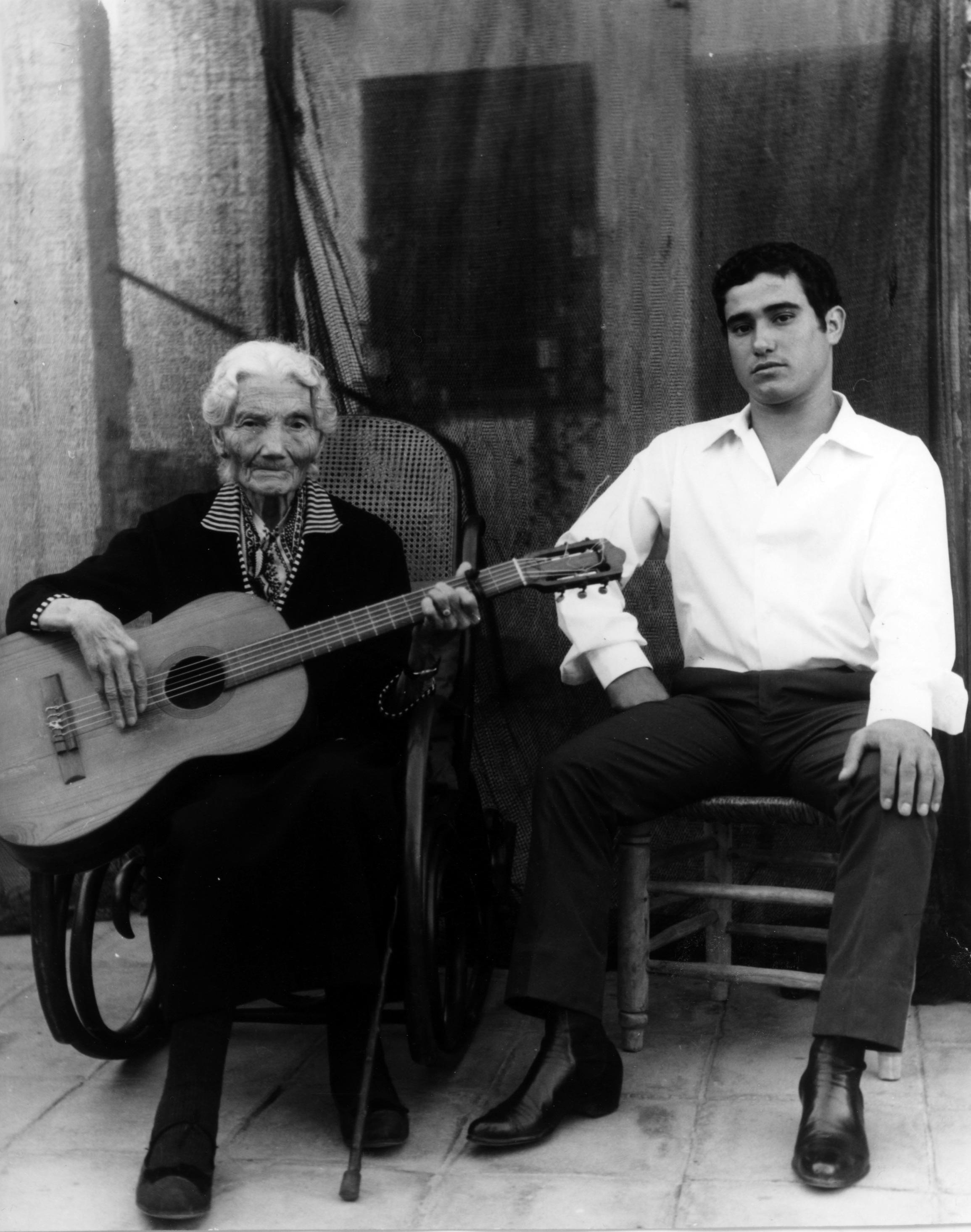 Isabel García Rodríguez junto al cantaor José Menese.