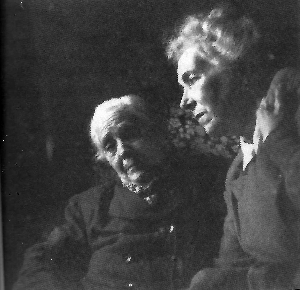 La prima Aurelia y Emilia Llanos, fotografiadas por Penón en 1956.