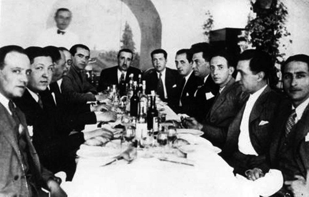 Junto a Federico posan, a la derecha, Joaquín Romero, Manuel Chaves Nogales y Núñez de Heredia. A la izquierda, Jorge Guillén.
