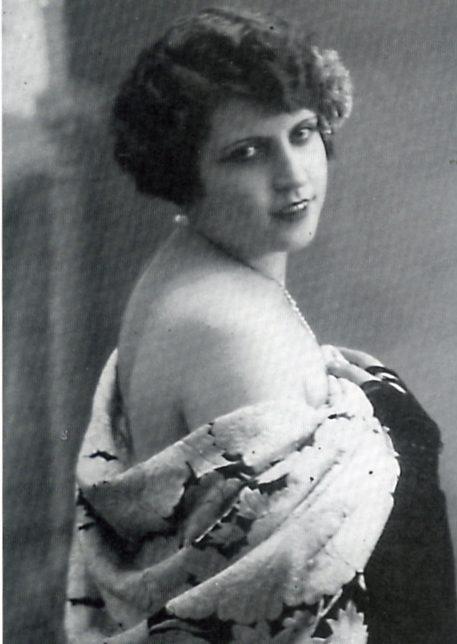 María Valls, conocida por Carmen de Granada, cupletista que fue amante de Aleixandre.