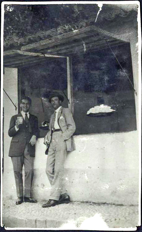 Federico García Lorca and Manuel Ángeles Ortiz at the kiosk in the Plaza de los Aljibes in the Alhambra.